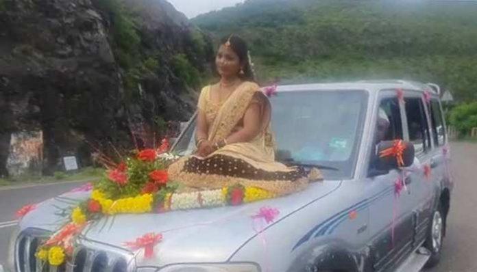 दुल्हन गाड़ी के बोनट पर बैठकर शादी रचाने पहुंची